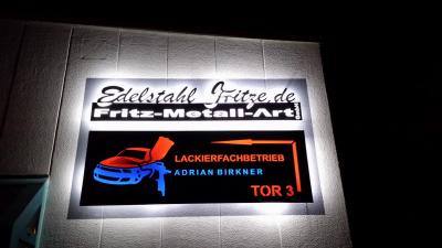 Fassaden Edelstahl Tafeln mit ausgeschnittenen Schrift/Logo